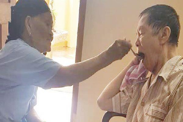 Bà cụ 90 tuổi vượt ngàn km từ Lâm Đồng ra Hà Nội thăm em trai 85 tuổi, còn tự tay bón cơm: Tình cảm anh chị em mãi bền lâu đến lúc về già!