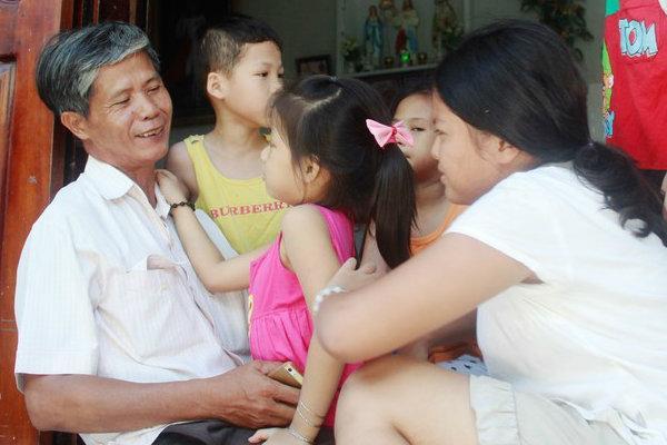 Chuyện xúc động về một 'người cha' nghèo 14 năm chôn cất 20 nghìn hài nhi, cưu mang hàng trăm đứa bé mồ côi ở Nha Trang