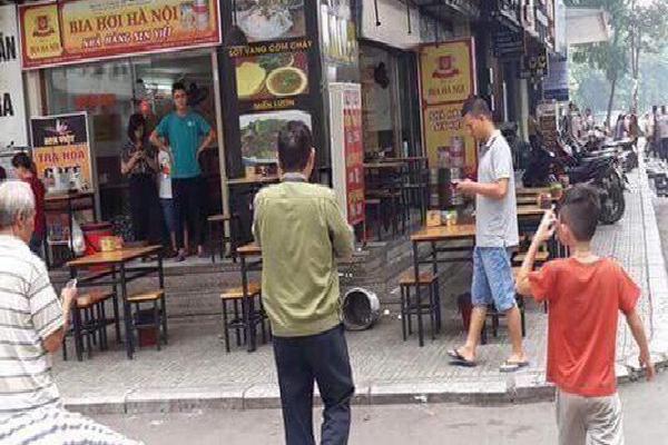Hà Nội: Thùng vữa từ 'trên trời rơi xuống' làm thủng mái che nhà hàng ở chung cư Linh Đàm, nhiều người hoảng loạn