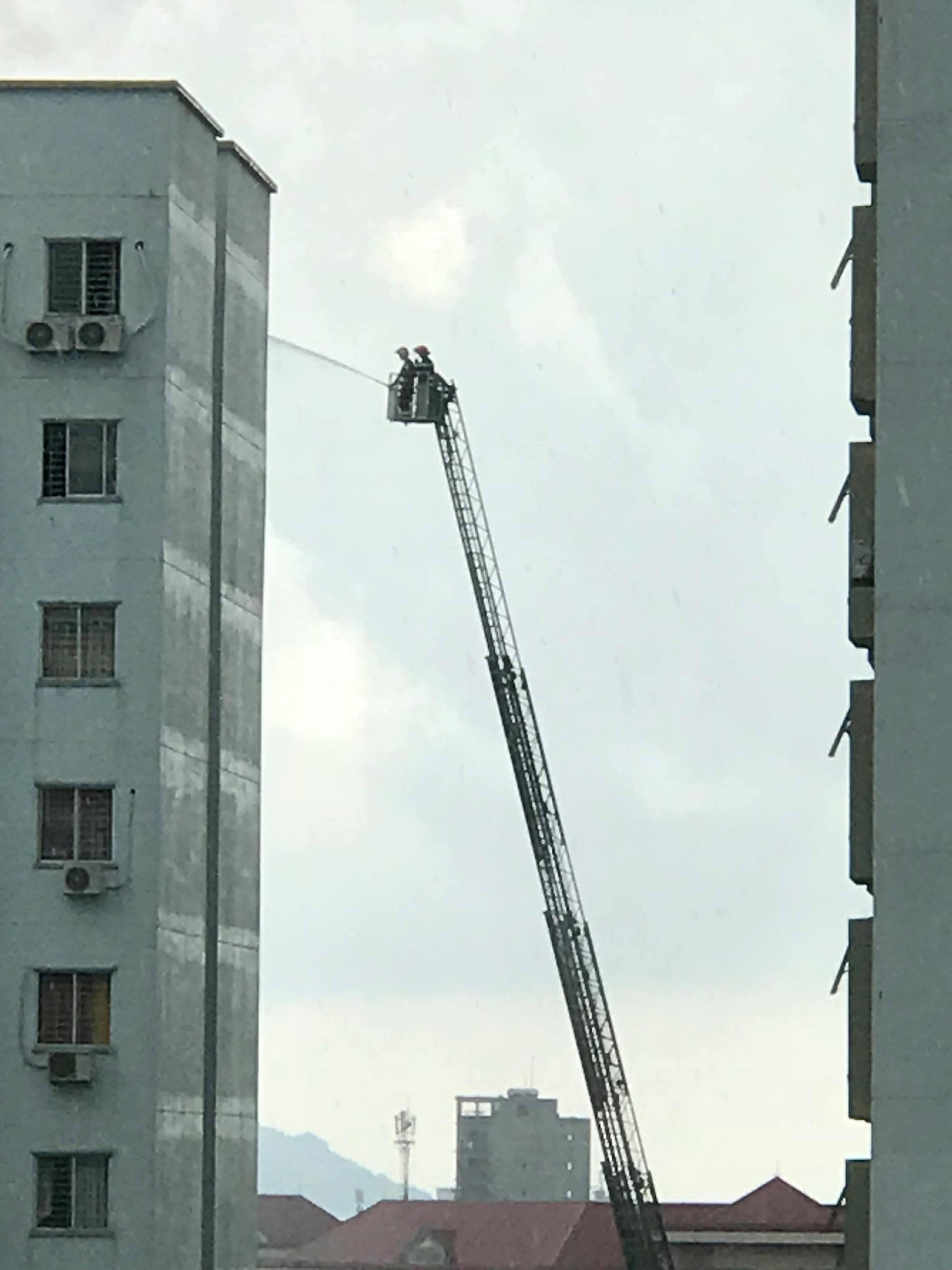 Tin nhanh - Nổ lớn ở tầng 12, hàng trăm người dân chung cư nháo nhào bỏ chạy