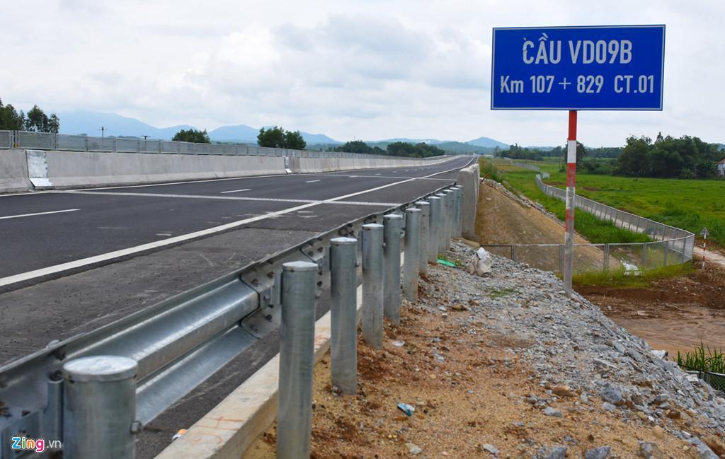 Cầu VD09B tại Km 107+829 CT.01, thôn Phú Lễ 1, xã Bình Trung (huyện Bình Sơn), nơi xảy ra hiện tượng thấm dột từ nền đường cao tốc xuyên qua cầu chui.