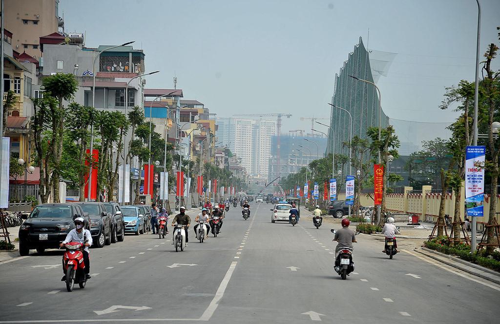 Tháng 5/2016, đường Lê Trọng Tấn (quận Thanh Xuân, Hà Nội) dài hơn 1,5 km, mặt cắt ngang rộng 30 m, 4 làn xe từ nút giao Tôn Thất Tùng đến sông Lừ được cải tạo trở thành tuyến đường kiểu mẫu đầu tiên của thủ đô. Ảnh: Lê Hiếu.