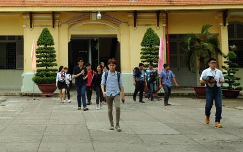 Sinh viên một đại học tại TP HCM trong giờ tan học. Ảnh: Mạnh Tùng.