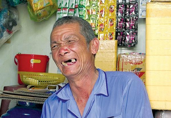 Ông lão tật nguyền bán vé số dành tiền vá đường - Ảnh 3.