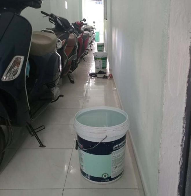 Khu trọ mất nước 2 ngày, cô chú chủ nhà trước lúc đi làm đã xách cho mỗi phòng một xô để dùng tạm. Ảnh: Giang An.