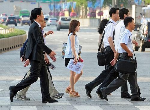 Nhiều người trẻ Hàn Quốc chọn việc theo mong đợi của bố mẹ, không theo đam mê của bản thân. Ảnh: Getty Images