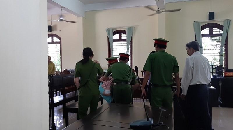 Sau khi nghe mức án tòa tuyên phạt bị cáo đã tỏ ra kích động, khóc ngất tại tòa.