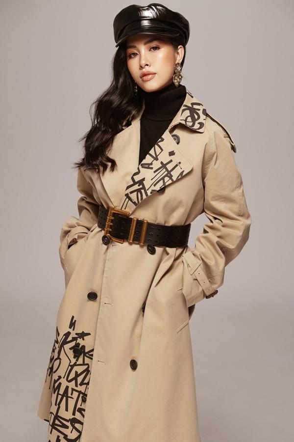 Áo ánh kim, trench coat trang trí ký tự hay váy da, jacket da đều được mix-match một cách hợp lý giúp người mặc thể hiện sự sành điệu.