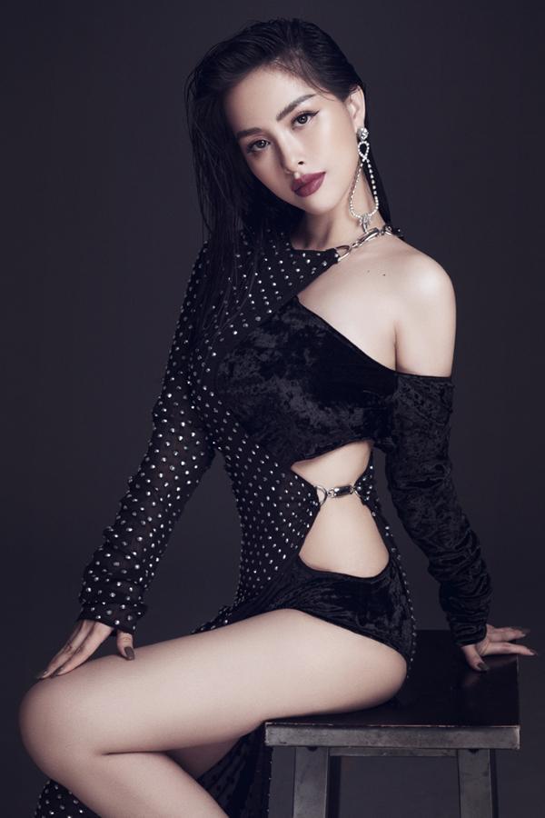Là một trong những hot girlxinh đẹp của Sài thành, Trang Pilla từng gây chú ý với đám cưới bất ngờ với Thế Bảo - anh trai nữ ca sĩ Bảo Thy vào tháng 8 năm ngoái.  Sau hơn 1 năm với cuộc sống hôn nhân hạnh phúc, Trang Pilla giờ đây có phần trẻ trung, xinh đẹp hơn trước dù cho đã trở thành mẹ của một cô con gái nhỏ.