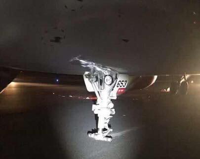 Hai bánh trước của máy bay đã bị sự cố trong quá trình hạ cánh. Ảnh Người lao động
