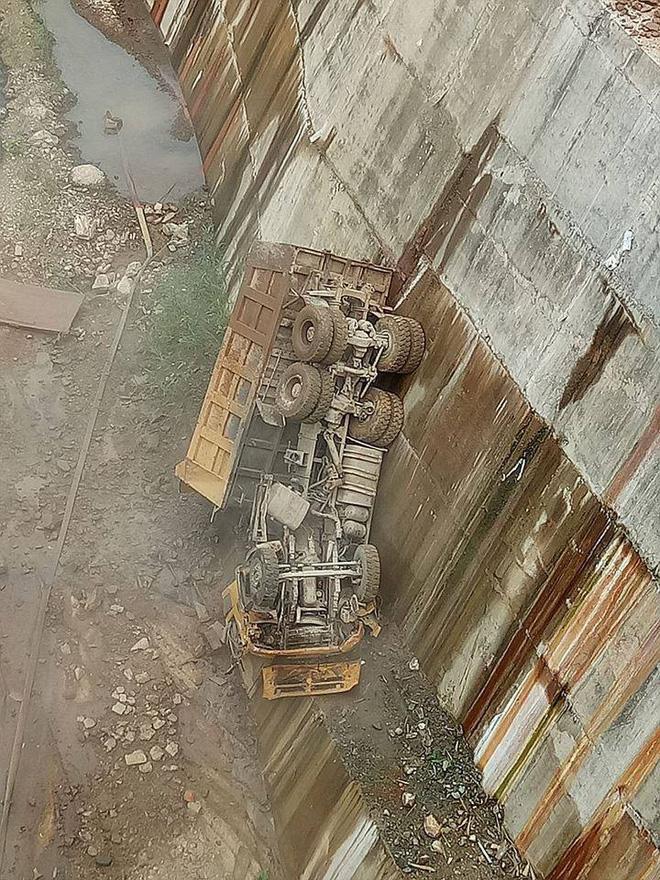 Ô tô tải bất ngờ trượt, rơi thẳng xuống lòng hồ thủy điện, rụng đầu - Ảnh 2.