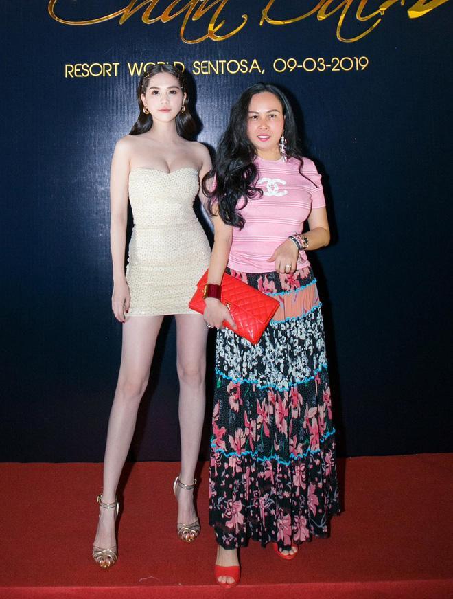 Hội ngộ một số khách mời thuộc giới doanh nhân như: Dương Quốc Nam, Phượng Chanel... Ngọc Trinh vui vẻ chụp hình kỉ niệm.
