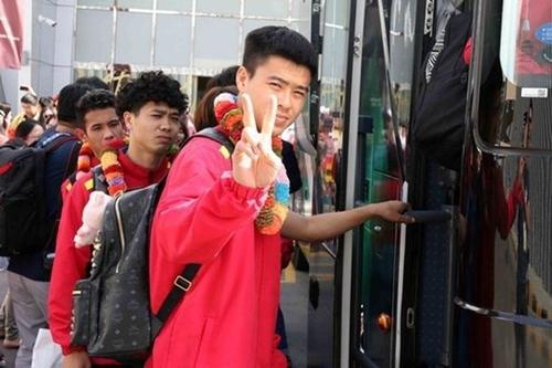 Duy Mạnh xách balo MCM giá gần 19 triệu đồng khi đến UAE để tranh tài trong giải Asian Cup năm nay.
