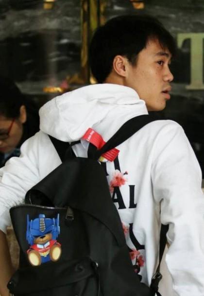 Văn Toàn luôn được đánh giá là cầu thủ có phong cách thời trang khá trẻ trung, sành điệu. Nam cầu thủ sở hữu chiếc balo Moschino có giá hơn 15 triệu.