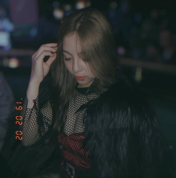 """Đây có lẽ là """"out fit"""" chất chơi nhất mà Nhật Lê từng mặc. Áo lưới cùng khoác lông bên ngoài khiến cho hình ảnh của Nhật Lê bổng dưng thành """"bad girl"""" trong mắt các fan."""