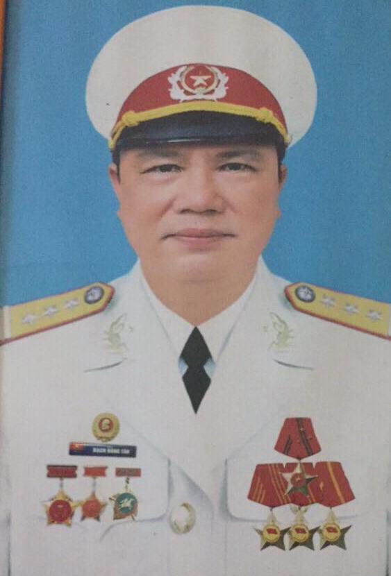 Thượng tá Bạch Đăng Tân với nhiều huân, huy chương kháng chiến.