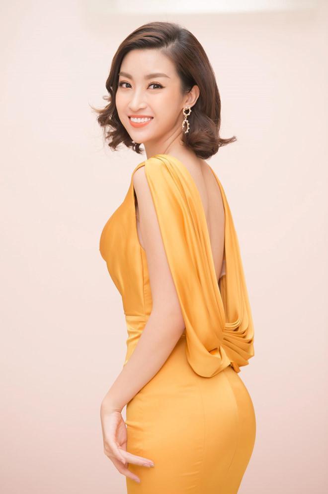 Mỹ Linh cũng có nhiều cải thiện về vóc dáng trong thời gian gần đây, khiến cô tự tin diện đầm bó sát khoe 3 vòng. Nhưng nhìn chung, hoa hậu vẫn giữ được thân hình thanh mảnh nên chưa đi theo xu hướng sexy quá mức.