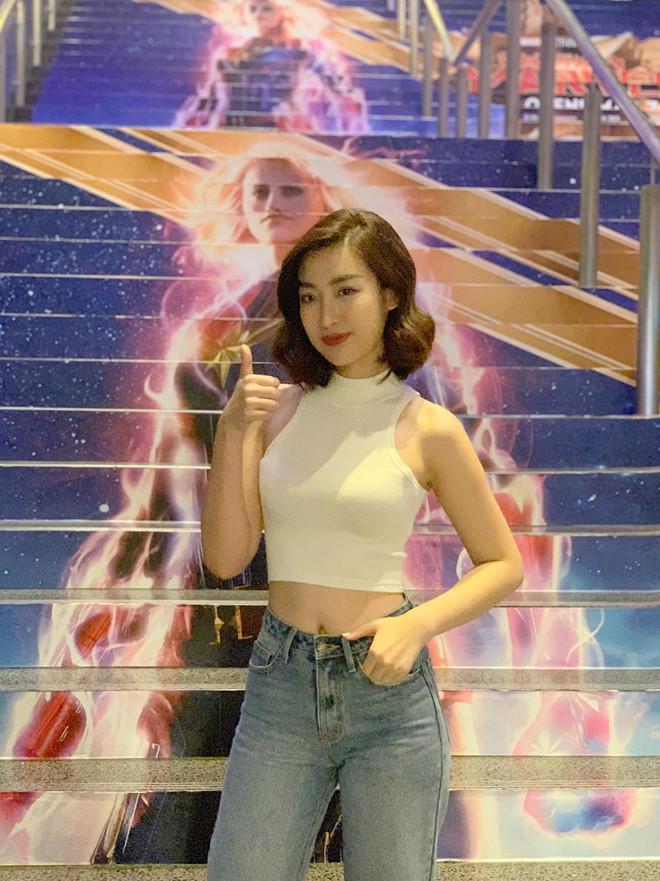 Trong chuyến công tác đến Singapore họp báo bộ phim Captain Marvel, hoa hậu cũng có cơ hội gặp trực tiếp và phỏng vấn các ngôi sao Hollywood như Samuel L. Jackson và Brie Larson. Cô chọn phong cách thời trang đa dạng, lúc lịch lãm với vest, lúc lại gợi cảm với crop-top bó sát.