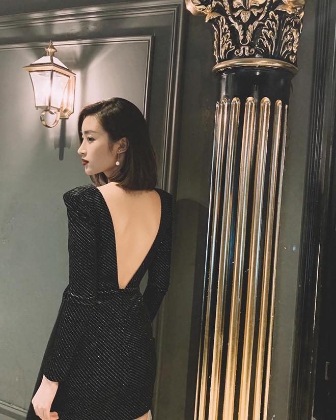 Nhưng kiểu mốt mà Mỹ Linh ưa chuộng nhất sau khi kết thúc nhiệm kỳ là kiểu đầm khoe lưng trần sexy như thế này. Cô diện rất nhiều thiết kế hở lưng trong các sự kiện gần đây.