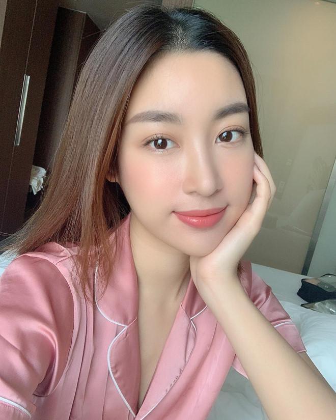 Cùng với nhan sắc thăng hạng, Mỹ Linh cũng đắt show sự kiện sau khi hết nhiệm kỳ. Hoa hậu thường xuyên di chuyển giữa Hà Nội và Sài Gòn.