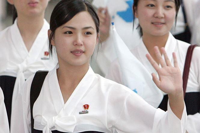 Bà Ri Sol Ju, khi đó vẫn là một thiếu nữ, vẫy chào trên đường trở về Triều Tiên từ cuộc thi thể thao châu Á tại sân bay quốc tế Incheon năm 2005. Bà Ri Sol Ju xinh nổi bật so với các thành viên khác trong đoàn cổ động.
