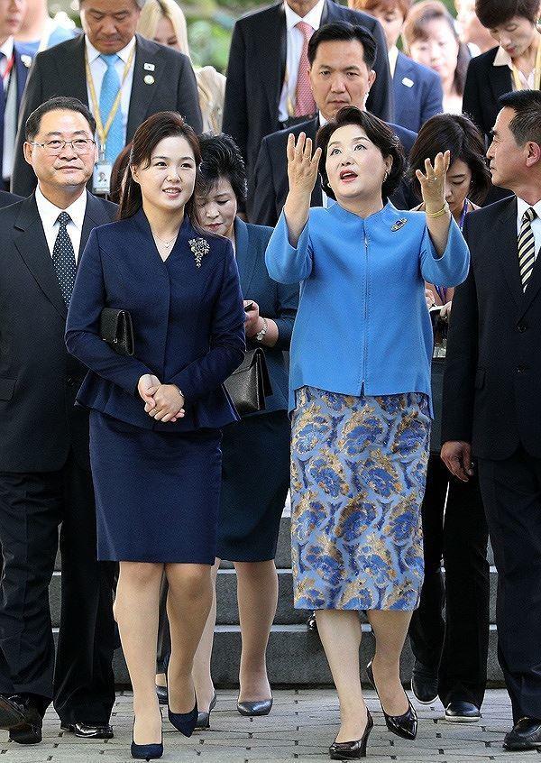 Ngày 18/9/2018, bà Ri tiếp đón Đệ nhất phu nhân Hàn Quốc Kim Jung Sook tại hội nghị thượng đỉnh liên Triều ở Bình Nhưỡng được tổ chức ở Bình Nhưỡng.