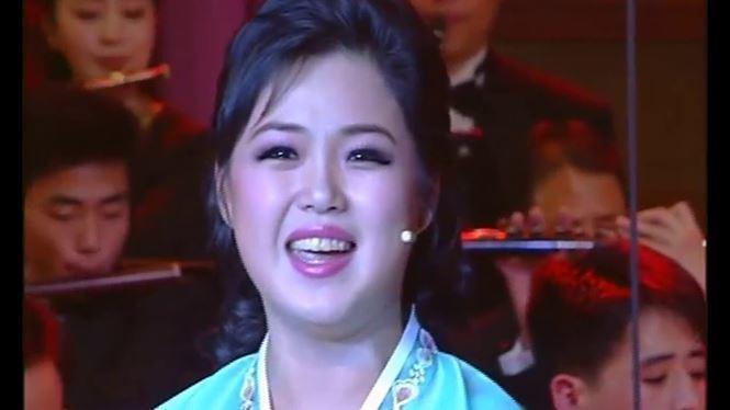 Không chỉ xinh đẹp, bà còn nổi tiếng hát hay. Bà Ri xuất thân từ dàn nhạc nổi tiếng Unhasu và từng tham gia đội cổ vũ nước nhà.