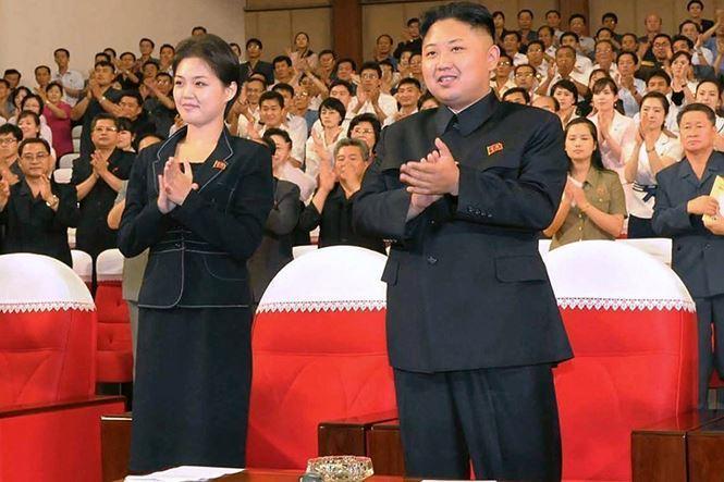 Theo CNN, bà Ri xuất hiện lần đầu tiên bên cạnh nhà lãnh đạo Kim Jong Un trong bức ảnh được công bố tháng 7/2012 khi họ xem ban nhạc Moranbong nổi tiếng trình diễn tại thủ đô Bình Nhưỡng. Cũng trong tháng này, truyền thông Triều Tiên cho biết Kim Jong Un và Ri Sol Ju đã kết hôn.