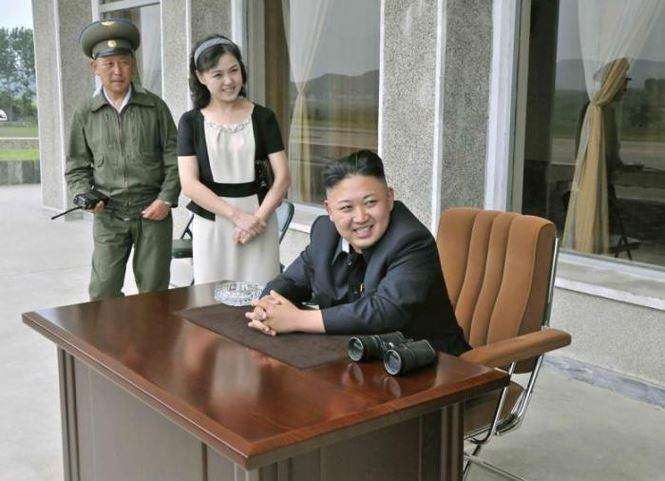 Bà Ri cùng chồng đến thăm Đơn vị 17 thuộc Không quân Quân đội Nhân dân Triều Tiên trong bức ảnh được công bố tháng 6/2013. So với một năm trước, mát tóc của bà RI đã dài hơn, đường nét khuôn mặt mềm mại hơn so với lúc cắt tóc ngắn.