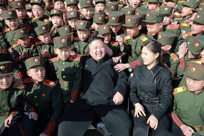 Vợ chồng nhà lãnh đạo Kim Jong Un đã đến thăm trường Cách mạng Mangyongdae tại Bình Nhưỡng vào tháng 3/2017.