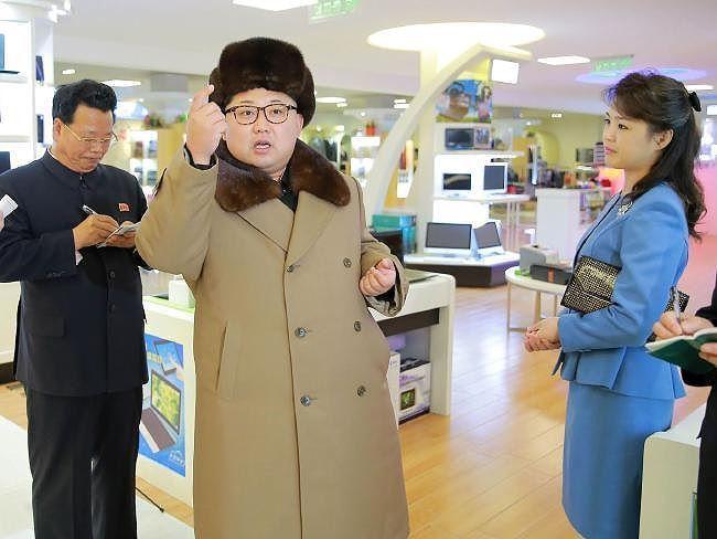 Bà Ri diện đầm xanh thanh lịch cùng chồng đi thị sát trung tâm mua sắm Mirae ở Bình Nhưỡng vào đầu năm 2016.