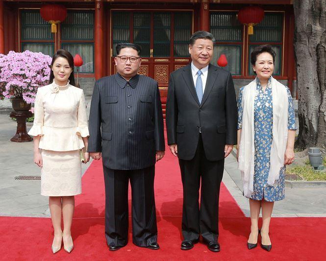 Hồi tháng 3/2018, bà Ri cũng từng tháp tùng Chủ tịch Kim Jong-un đến thăm Bắc Kinh, Trung Quốc. Thời gian này, bà Ri nhận vô số lời khen từ người Trung Quốc về vẻ đẹp dịu dàng và phong cách thời trang tinh tế.