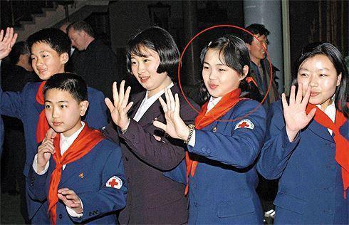 Bức ảnh được cho là chụp bà Ri Sol Ju cùng Thanh thiếu niên Hàn - Triều trong một buổi lễ trồng cây do Hội Chữ thập đỏ Hàn Quốc tổ chức tại núi Kumgang vào tháng 3/2003.