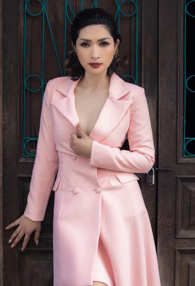 Giữa năm 2018, Nguyễn Hồng Nhung về Việt Nam thăm gia đình. Cô cũng thay đổi phong cách thời trang, chuộng những bộ váy đơn sắc, cổ điển.