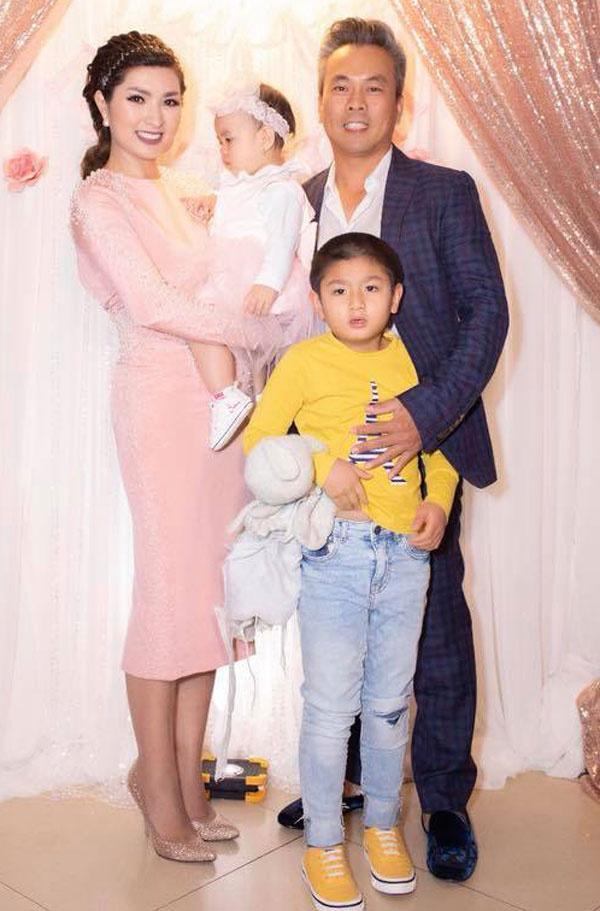 Sau một thời gian sống chung, cả có con gái chung tên Kim An, hiện hơn một tuổi. Ở hải ngoại, Hồng Nhung thường đi hát cuối tuần. Thời gian còn lại cô dành cho hai con để chúng lớn lên trong không khí gia đình.