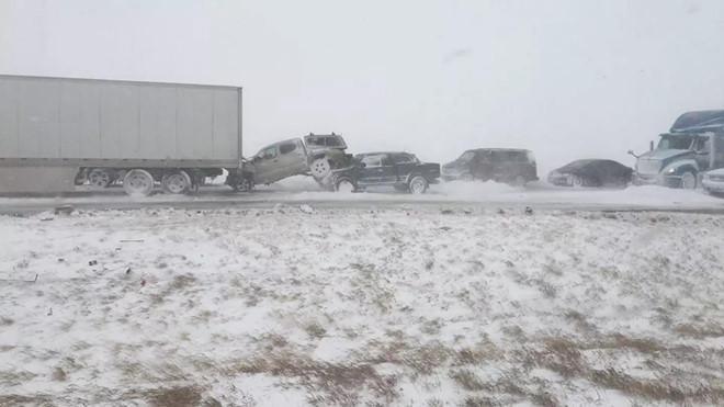 Sau đó cả trăm xe đâm nhau khi thời tiết diễn biến xấu, tầm nhìn hạn chế.