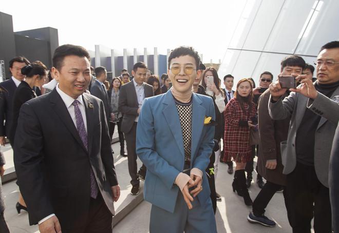 G - Dragon rạng rỡ trong ngày khai trương khu tổ hợp tại YG Republique tại Jeju Shinhwa World. Ảnh: Sohu.