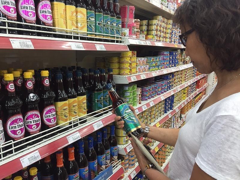 Nước mắm sản xuất theo phương pháp truyền thống chiếm đa số ở kệ siệu thị của nhà bán lẻ Việt.