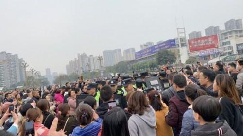 Rất đông phụ huynh đã tập trung trước cổng trường phản đối việc sử dụng thực phẩm bẩn trong trường học. Ảnh: BBC