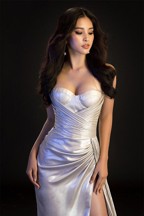 Để hình ảnh phù hợp với những chương trình tham gia, Tiểu Vy dần thay đổi sang gu ăn vận quyến rũ khi lựa chọn mặc những bộ đầm xẻ, cúp ngực đầy tinh tế.