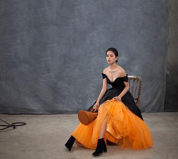 Trong hậu trường của một buổi chụp hình, cô cũng mạnh dạn mặc đầm trễ vai đầy sexy.