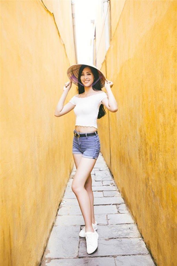 """Sau khi sở hữu danh hiệu nhan sắc cấp quốc gia, Tiểu Vy được đại diện Việt Nam dự thi """"Miss World - Hoa hậu Thế giới"""". Trong quá trình chinh chiến, cô xây dựng hình tượng của một hoa hậu 10x năng động, thích mặc áo croptop và quần short ngắn."""