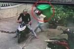 Hai thanh niên đi xe máy 'cuỗm' thùng rác to đùng trước cửa nhà dân khiến nhiều người ngao ngán
