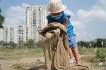 Trường theo trend, cho bé mầm non thiếu bảo hộ, dọn rác giữa nắng?
