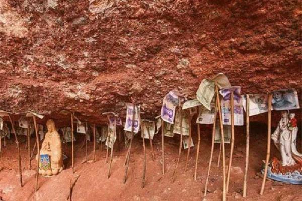 Có một nơi tiền cắm đầy chân núi nhưng không ai dám lấy