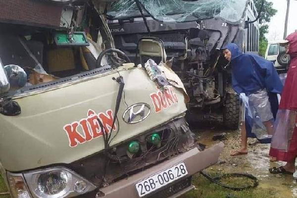 Xe khách đấu đầu xe ben khiến nhiều người bị thương nặng ở Phú Thọ