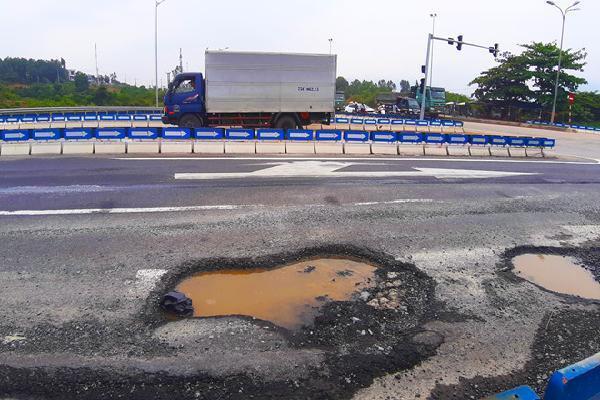 Cao tốc hơn 34.000 tỷ nối Đà Nẵng - Quảng Ngãi lại xuất hiện 'ổ trâu'