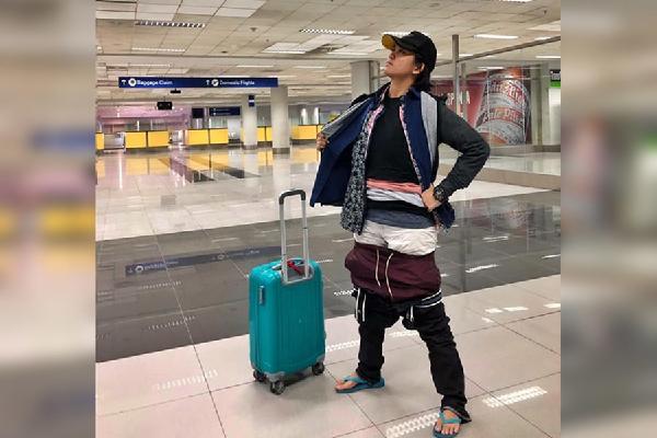 Mang hành lý quá cân, người phụ nữ nhồi nhét 2,5 kg quần áo lên người