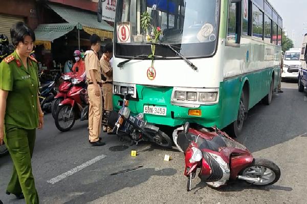 TP.HCM: Xe buýt tuột thắng cuốn hơn 10 xe máy đang chờ đèn đỏ, nhiều người nhập viện cấp cứu