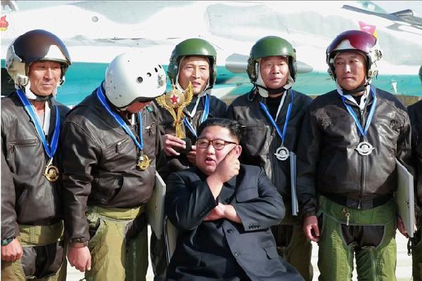 Ông Kim nhắc phi công sẵn sàng chiến đấu với kẻ thù vũ trang tận răng